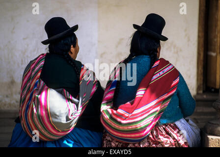 Cusco, Peru. Two women in traditional bowler hats and colourful traditional dress. - Stock Photo