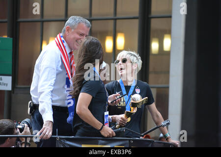 New York, USA. 10th July, 2015. Megan Rapinoe and New York City Mayor Bill de Blasio on a float in the victory parade - Stock Photo