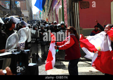 La Paz, Bolivia, 10th July 2015. A protestor from the Potosi area confronts riot police during a protest by the - Stock Photo