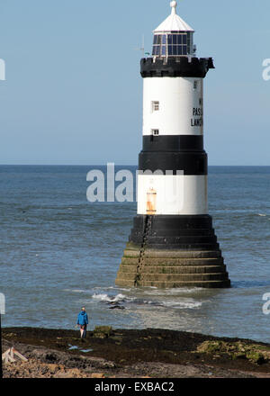 Trwyn Du Lighthouse is a lighthouse between Dinmor Point near Penmon - Stock Photo