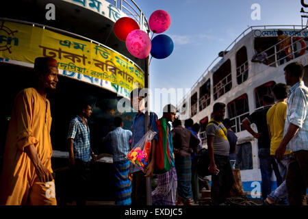 Dhaka, Bangladesh. 12th July, 2015. A child sells balloon on the street of Dhaka. © Mohammad Ponir Hossain/ZUMA - Stock Photo