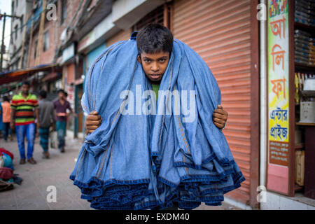 Dhaka, Bangladesh. 12th July, 2015. EID is knocking at the door. So the local garments are busy to make cloth to - Stock Photo