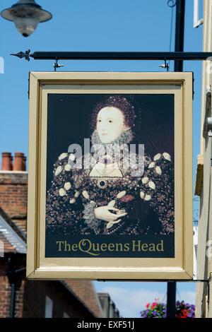 The Queens Head pub sign, Aylesbury, Buckinghamshire, England, UK - Stock Photo