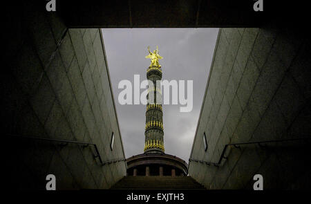 Berlin, Germany. 09th July, 2015. Dark clouds hover above bronze sculpture Victoria on top of the victory column, - Stock Photo