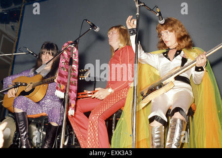 SWEET UK glam rock group about 1974. From left Andy Scott, Brian Connolly, Steve Priest - Stock Photo