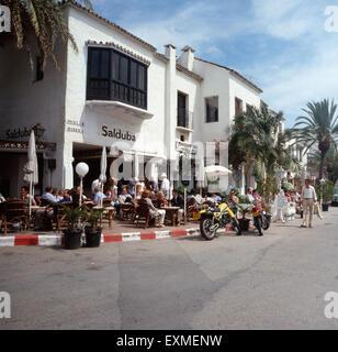 Ein Ausflug zum Yachthafen Puerto Banús in Marbella, Andalusien, Spanien 1980er Jahre. A trip to the marina Puerto - Stock Photo