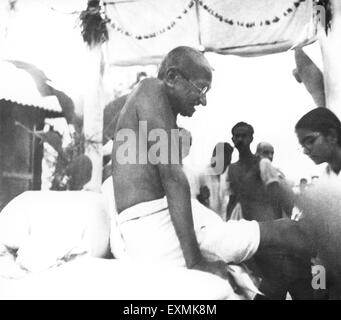 Mahatma Gandhi after a prayer meeting ; November 1946 ; India NO MR ; Manu Gandhi - Stock Photo
