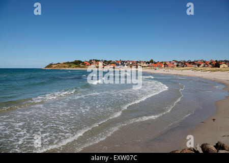 Surf at Hundested Beach on a summer's day, to the left the 30m cliff Spodsbjerg also housing the historic  redoubt - Stock Photo
