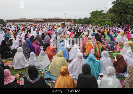 Manila, Philippines. 17th July, 2015. Filipino Muslims give their zadaka or donation at the Quirino Grandstand in - Stock Photo