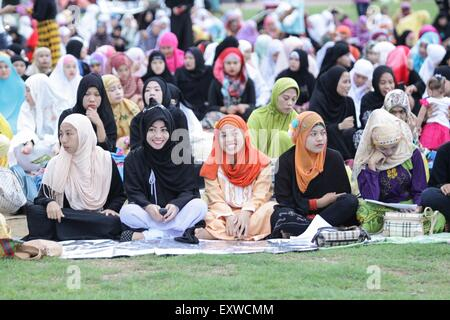 Manila, Philippines. 17th July, 2015. Filipino Muslims gather at the Quirino Grandstand early in the morning in - Stock Photo