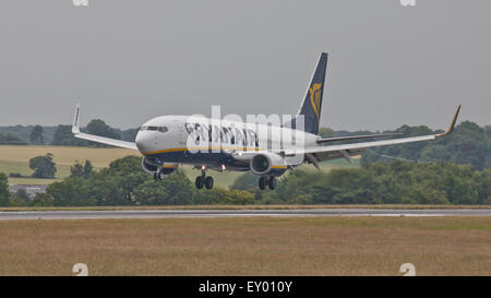 Ryanair Boeing 737 EI-DYZ coming into land at London-Luton Airport LTN - Stock Photo