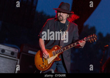 Oshkosh, Wisconsin, USA. 16th July, 2015. Guitarist GARY ROSSINGTON of Lynyrd Skynyrd performs live with his band - Stock Photo