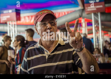 Barcelona, Catalonia, Spain. 18th July, 2015. A member of the FC Barcelona shows the victory sign after casting - Stock Photo