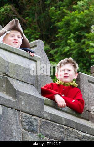 Hoghton Towers, Chorley, Lancashire, UK. 19th July, 2015.   Maddie Richardson aged 9 & Freddie Le Pinnet aged 6 - Stock Photo