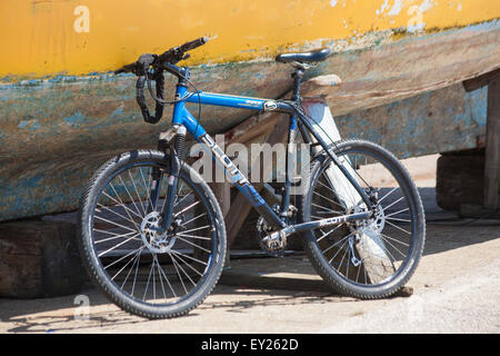 Scott Aspen performance series Pro/Spec reflex geometry bicycle leant against boat with peeling paint at Poole - Stock Photo