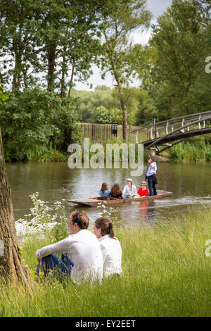 Young people enjoying a day boating on the The River Cherwell in Oxford, Oxfordshire, England, UK - Stock Photo