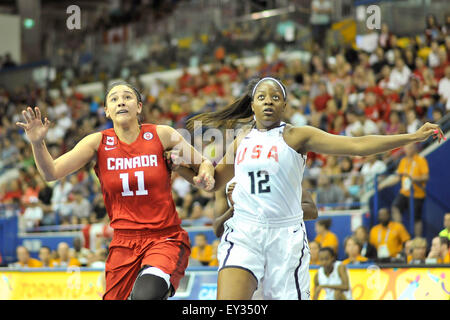 Toronto, Ontario, Canada. 20th July, 2015. Natalie Achonwa of Canada and Stephanie Mavunga of the USA, battle for - Stock Photo
