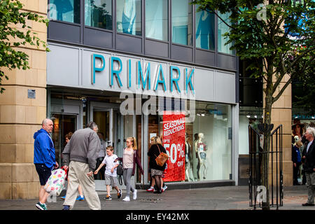 Dundee, Scotland, UK. 21st July, 2015. Sales: Mid Summer Sales in Dundee. Primark the outlet fashion store at the - Stock Photo