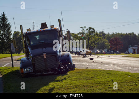 Holland Township, Michigan, USA. 21st July, 2015. Two cars and a truck were involved in a collision on Chicago Drive - Stock Photo