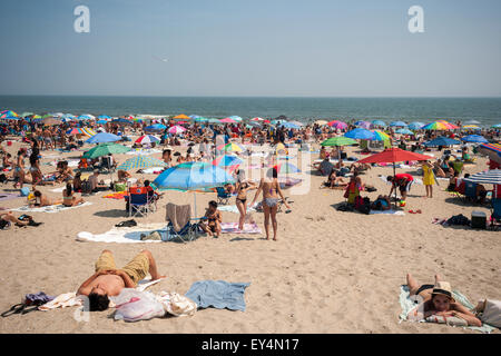 Beachgoers escape the heat at Rockaway Beach in the Queens borough of New York on Sunday, July 19, 2015.  The temperature - Stock Photo