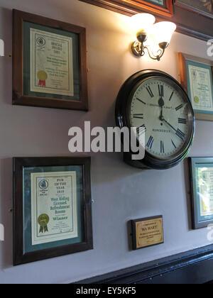 West Riding Pub, Dewsbury Railway Station, West Yorkshire, England, UK - clock & CAMRA certificates - Stock Photo