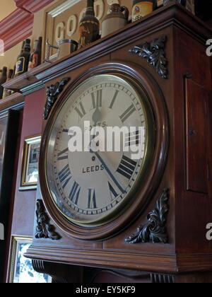 West Riding Pub, Dewsbury Railway Station, West Yorkshire, England, UK - Potts Timepiece - Stock Photo