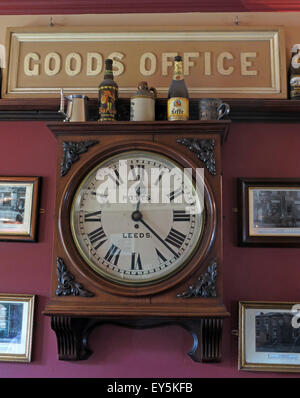 West Riding Pub, Dewsbury Railway Station, West Yorkshire, England, UK - Goods Office Clock - Stock Photo