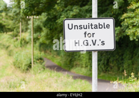 Sign warning that the road is unsuitable for heavy goods vehicles, with an unnecessary apostrophe - Stock Photo