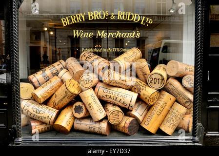London, England, UK. Huge corks in the window of a wine merchant, Berry Bros & Rudd Ltd, 3 St James's St - Stock Photo