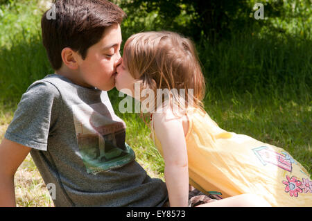 boys and girls kissing № 657456