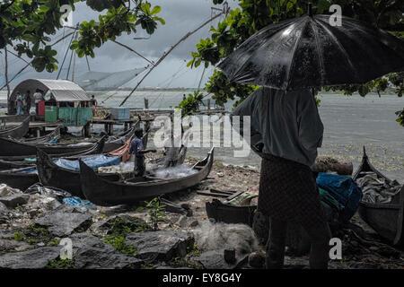 Fishermen and the Chinese fishing nets, Fort Kochi, Kerala - Stock Photo
