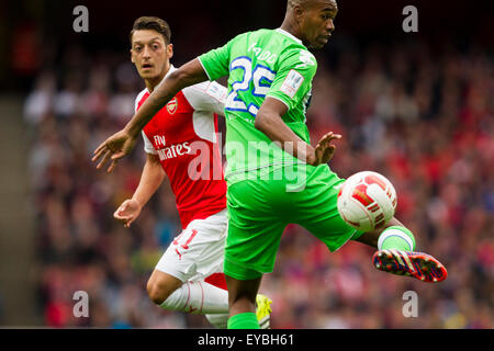 London, UK. 26th July, 2015. Emirates Cup. Arsenal vs VfL Wolfsburg. Naldo (VfL Wolfsburg) watches a flick on from - Stock Photo
