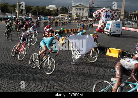 Paris, France. 26th July, 2015. Protester runs in front of the Tour de France peleton on the final lap of the last - Stock Photo