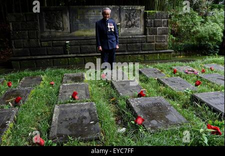 (150727) -- BEIJING, July 27, 2015 (Xinhua) -- Lu Caiwen mourns for 19 soldiers of the Allied Forces who sacrificed - Stock Photo