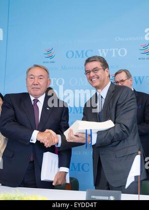 Geneva, Switzerland. 27th July, 2015. World Trade Organization (WTO) Director General Roberto Azevedo (R) shakes - Stock Photo