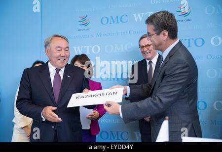 Geneva, Switzerland. 27th July, 2015. World Trade Organization (WTO) Director General Roberto Azevedo (R) offers - Stock Photo
