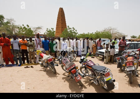 Niger, Sahara Desert, Agadez Region, Friday prayers by Agadez Grand Mosque; Agadez - Stock Photo
