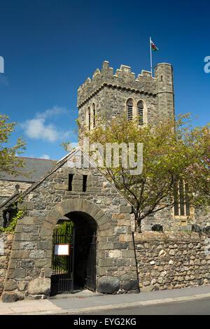 UK, Wales, Gwynedd, Towyn, College Green, St Cadfan's parish church - Stock Photo