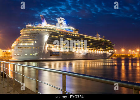 Cruise ship 39 independence of the seas 39 at night stock photo royalty free image 24325082 alamy - Port of las palmas gran canaria ...