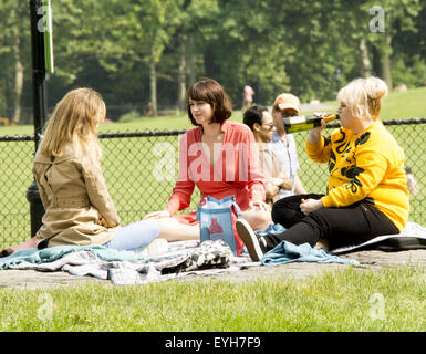 On location with how to be single featuring dakota johnson rebel on location with how to be single featuring dakota johnson rebel wilson leslie ccuart Images