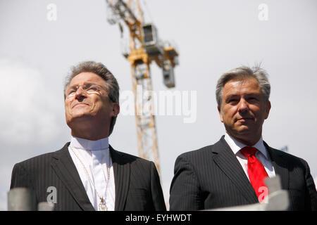 Wolfgang Huber, Klaus Wowereit - symbolische Fuellung der Kugel unter dem Kuppelkreuz des Berliner Doms, 21. Mai - Stock Photo