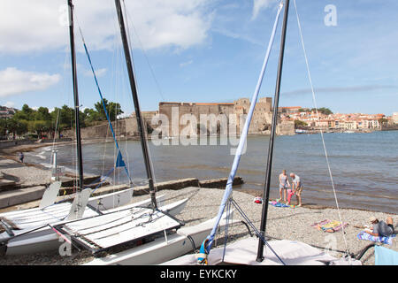 The bay and Royal Chateau of Colliour in Southern France. - Stock Photo