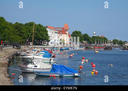 Deutschland, Mecklenburg-Vorpommern, Rostock-Warnemünde, Alter Strom mit Häusern und Booten, - Stock Photo