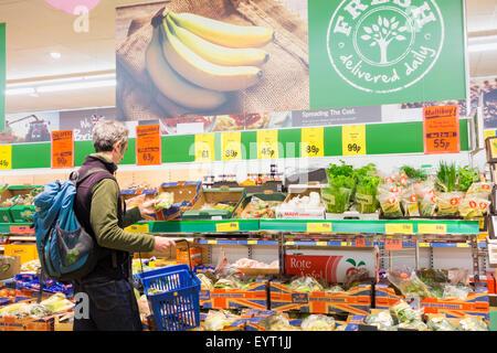 Man buying fruit and veg in Lidl supermarket. UK - Stock Photo