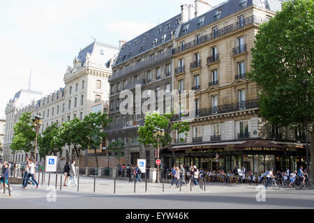 View from Boulevard du Palais looking towards Les Deux Palais (Brasserie) and Rue de Lutèce in Paris, France. - Stock Photo