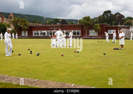 Senior men and women of Sidmouth Bowls Club playing bowls. - Stock Photo