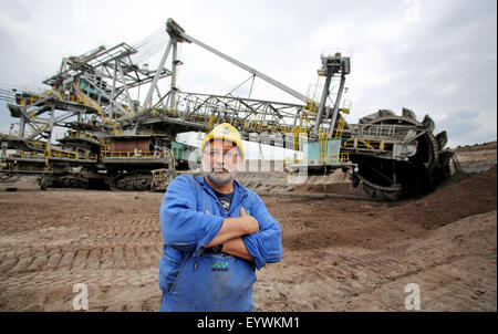 Poedelwitz, Germany. 11th June, 2015. Excavator operator Joerg Krummsdorf poses in front of a SRs 2000 bucket-wheel - Stock Photo