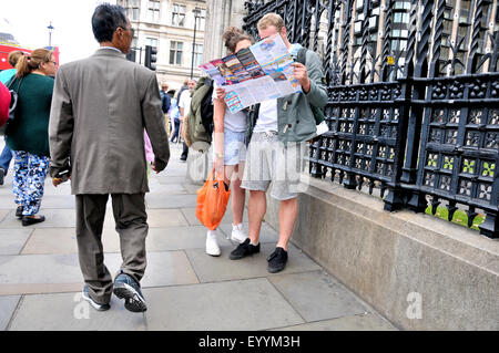 London, England, UK. Young couple looking at a map in Parliament Square - Stock Photo