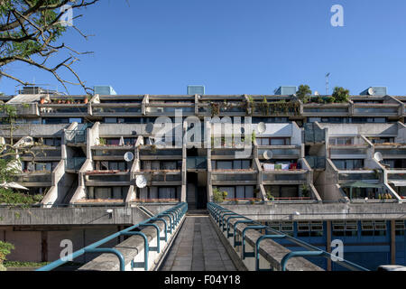 View showing ziggurat balconies, Alexandra Road Estate. Alexandra Road Estate, Camden, United Kingdom. Architect: - Stock Photo