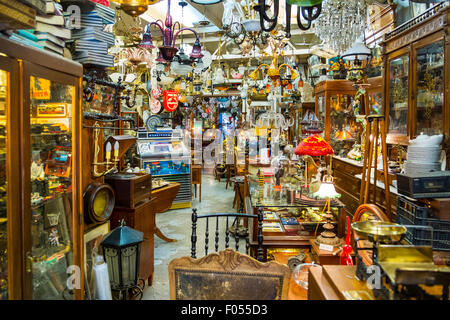 interior junk antique bric-a-brac collectible shop collectibles antiques loads of stuff crammed - Stock Photo